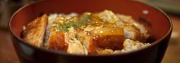 Katsudon, donburi de carne de cerdo
