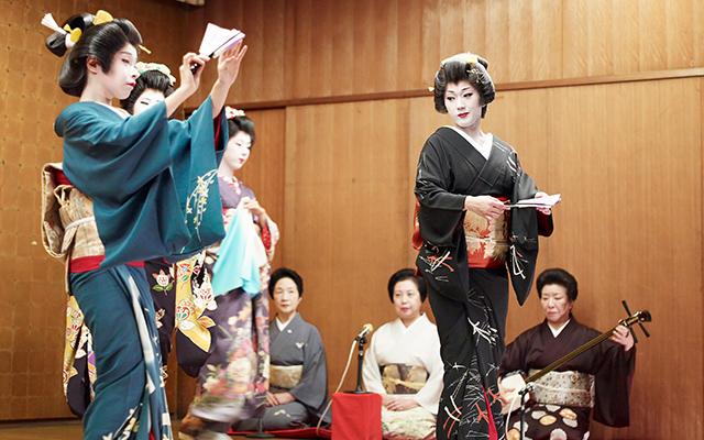 Geishas con el tradicional kimono